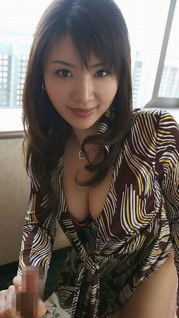 【手コキエロ画像】女の子によるソフトな奉仕、自分でするより気持ちいいぜ!www 04