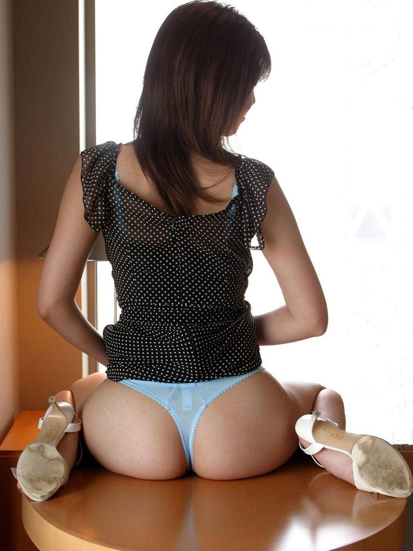 【Tバックエロ画像】美尻の女の子に履いてほしいお尻を強調したパンティーがこちらww 25