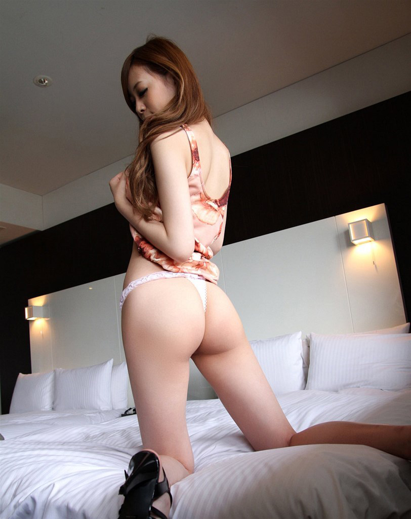 【Tバックエロ画像】美尻の女の子に履いてほしいお尻を強調したパンティーがこちらww 41