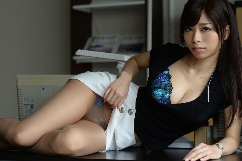 【セルフパンチラエロ画像】女の子自らスカートを捲り上げて見せるセルフパンチラw 02