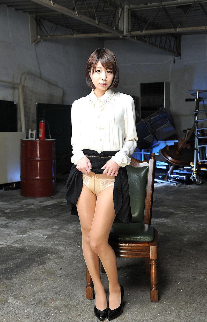 【セルフパンチラエロ画像】女の子自らスカートを捲り上げて見せるセルフパンチラw 03