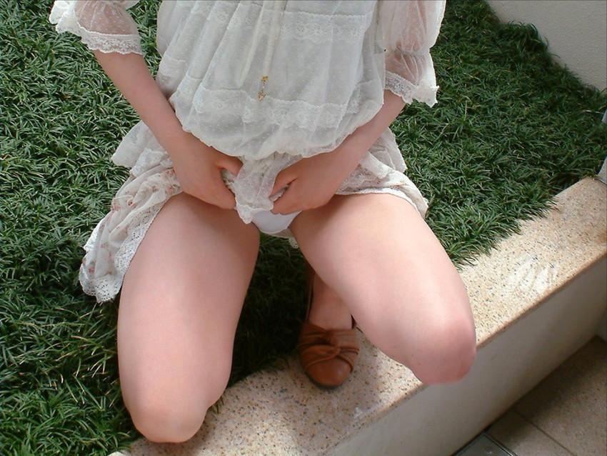 【セルフパンチラエロ画像】女の子自らスカートを捲り上げて見せるセルフパンチラw 10