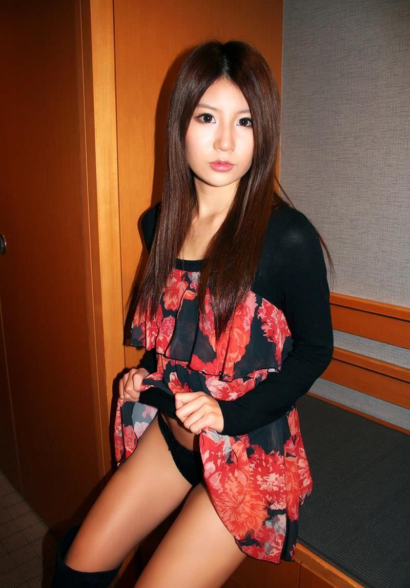 【セルフパンチラエロ画像】女の子自らスカートを捲り上げて見せるセルフパンチラw 15