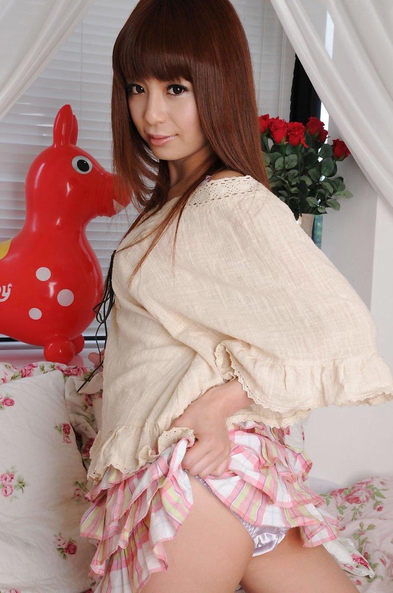 【セルフパンチラエロ画像】女の子自らスカートを捲り上げて見せるセルフパンチラw 21