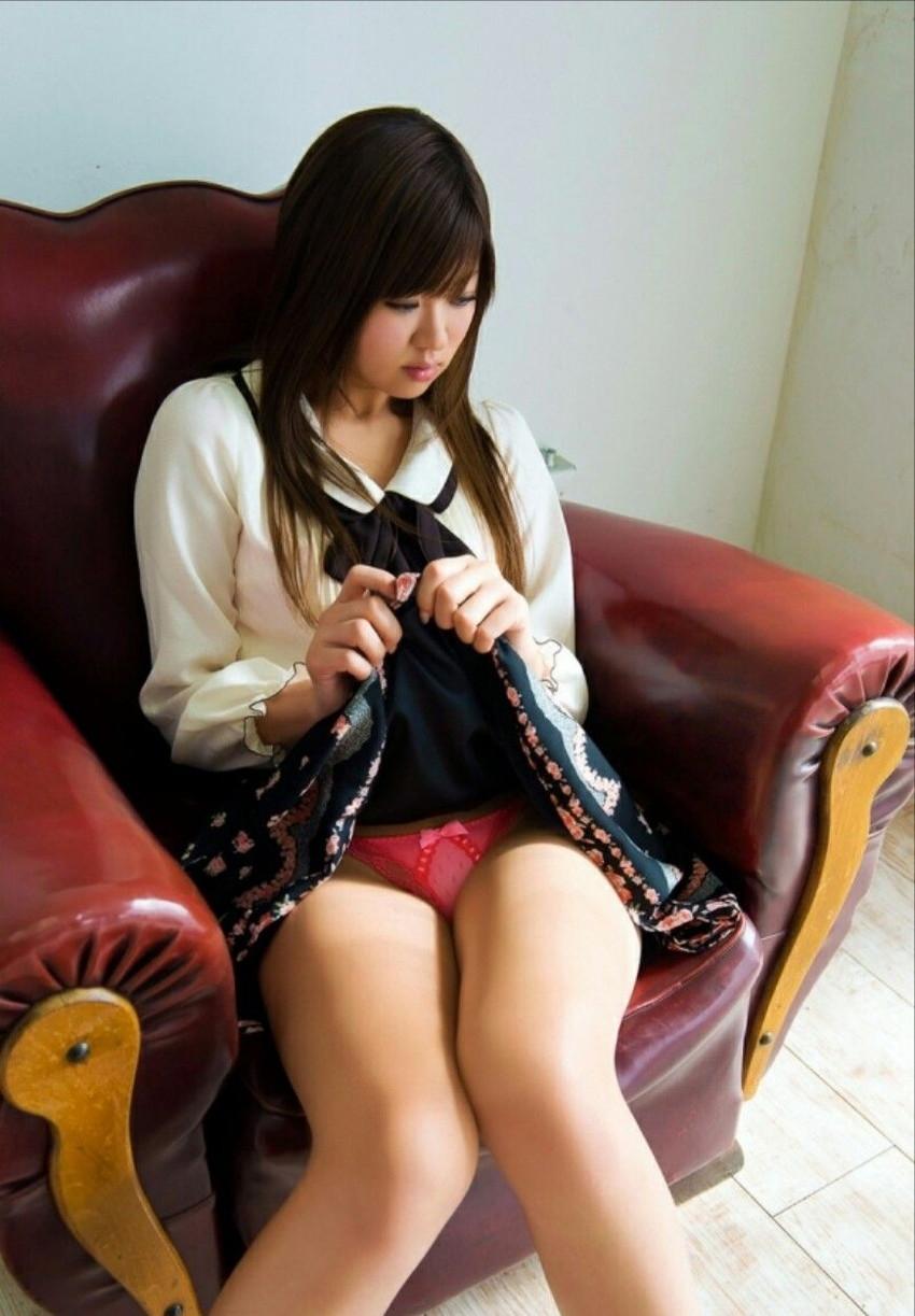 【セルフパンチラエロ画像】女の子自らスカートを捲り上げて見せるセルフパンチラw 22