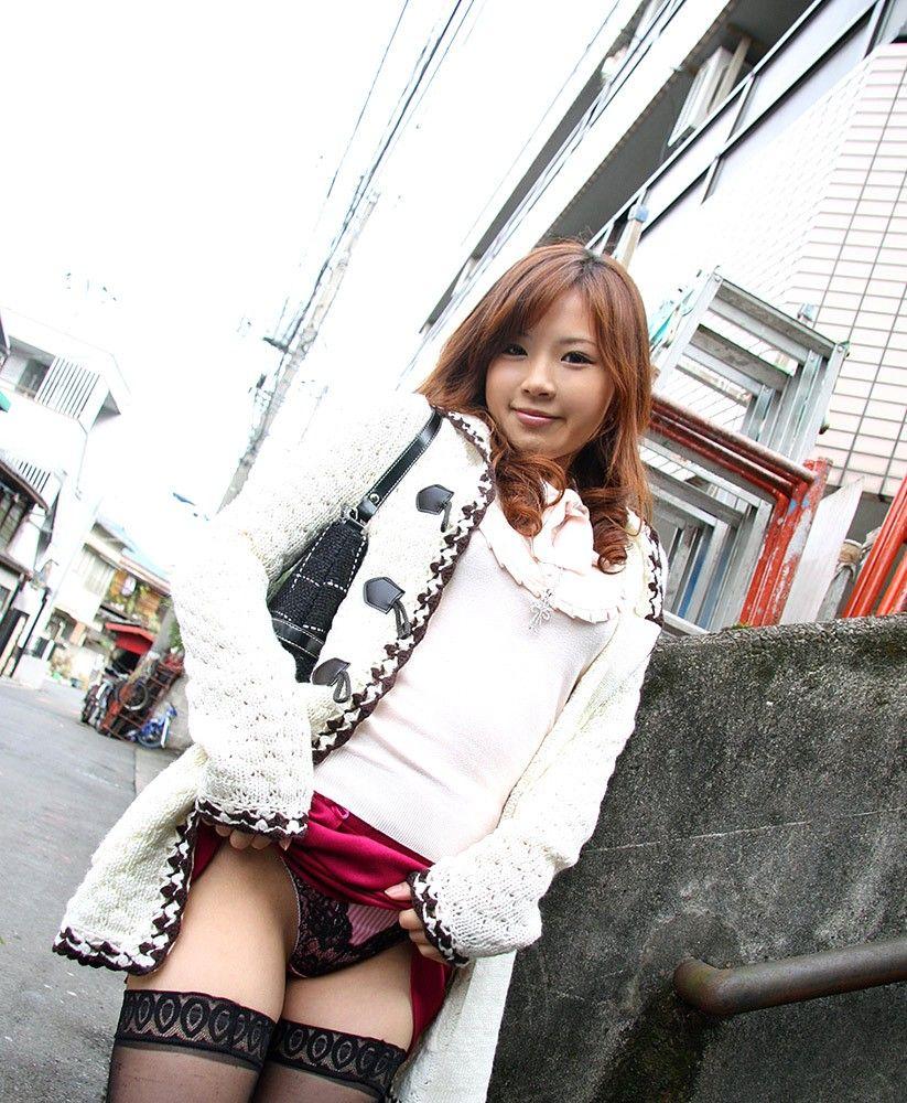 【セルフパンチラエロ画像】女の子自らスカートを捲り上げて見せるセルフパンチラw 30