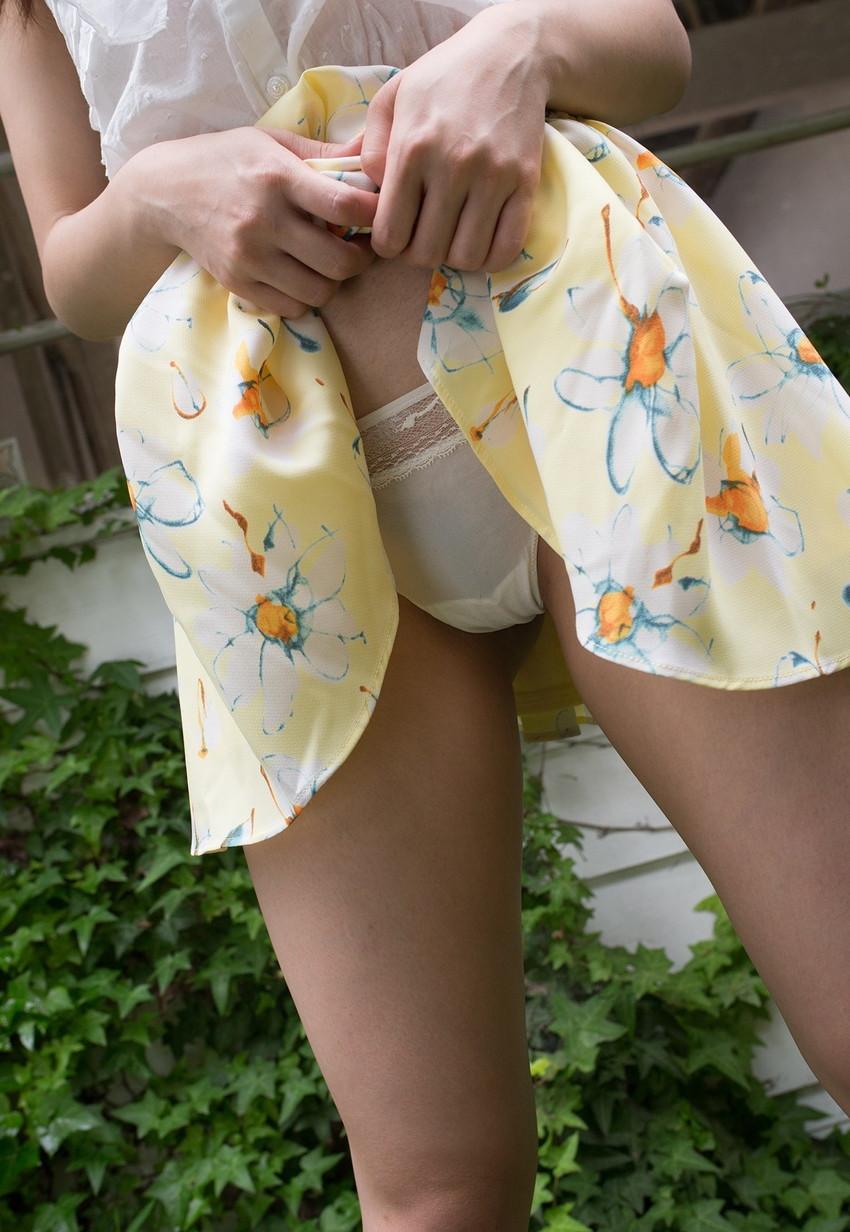 【セルフパンチラエロ画像】女の子自らスカートを捲り上げて見せるセルフパンチラw 48