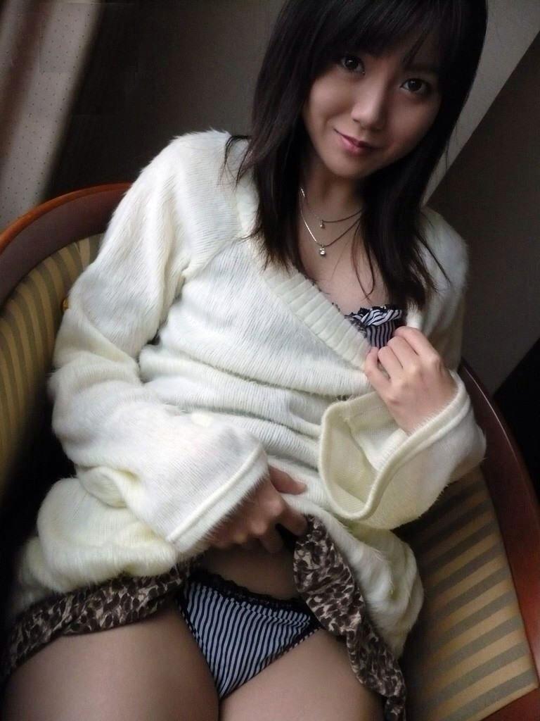 【セルフパンチラエロ画像】女の子自らスカートを捲り上げて見せるセルフパンチラw 49