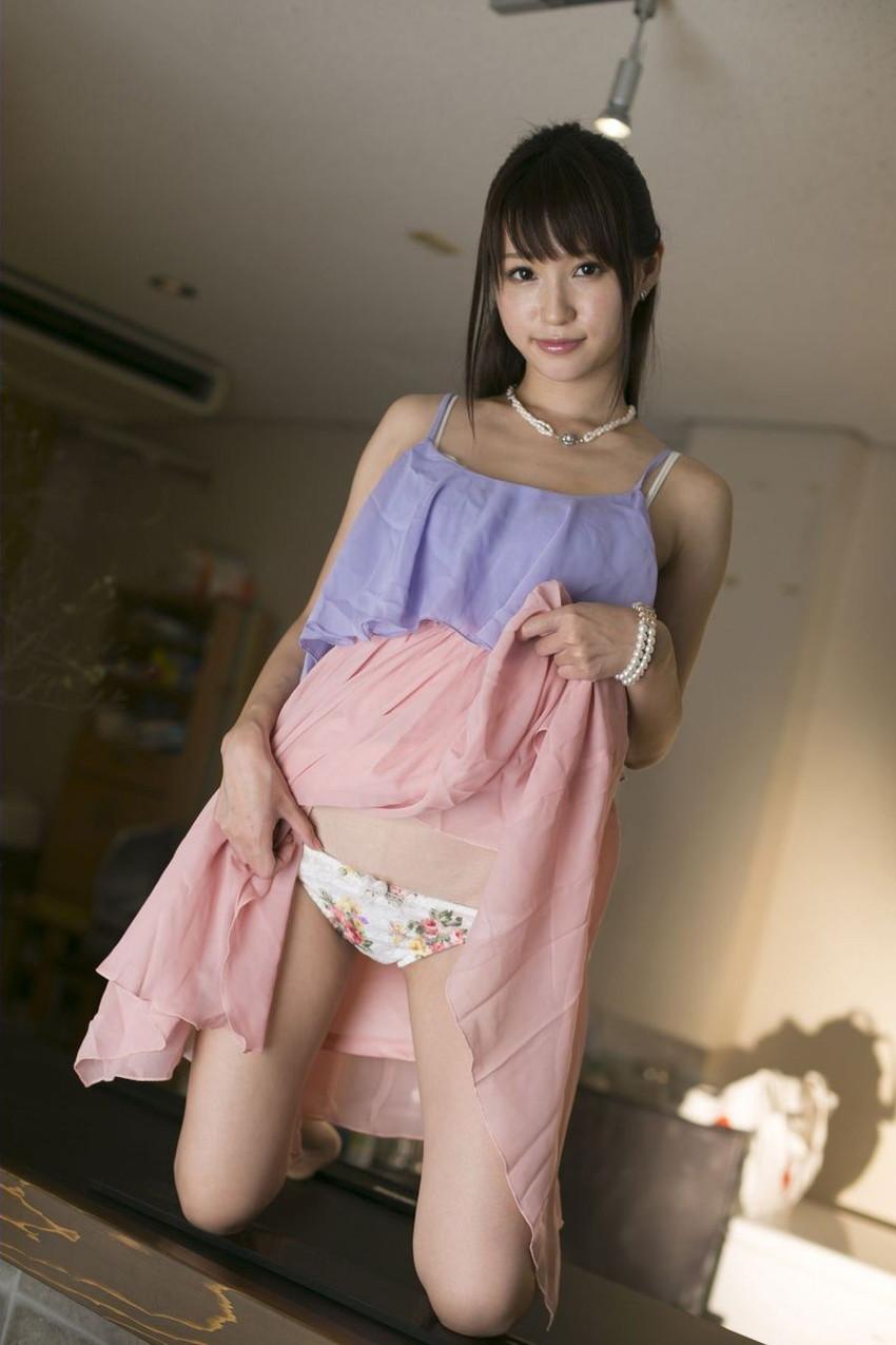 【セルフパンチラエロ画像】女の子自らスカートを捲り上げて見せるセルフパンチラw 56