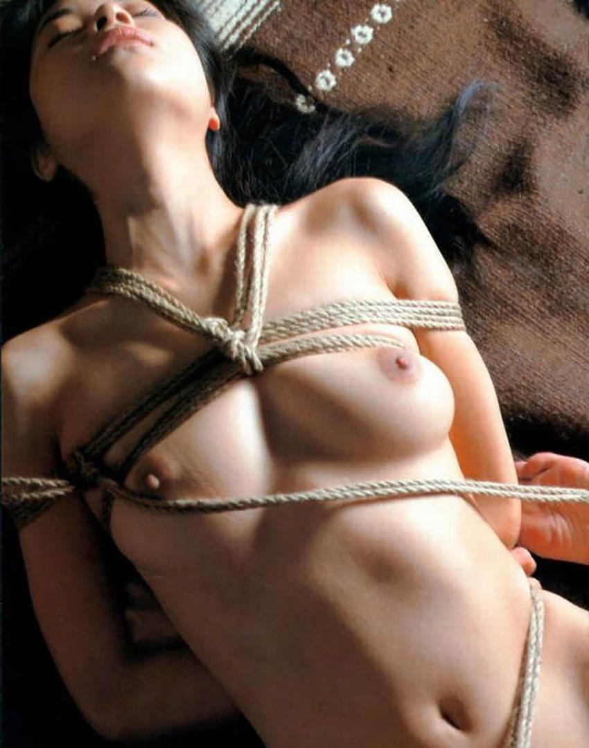 【緊縛エロ画像】マンネリカップルよ、お試しあれ!緊縛された女の子の身体がソソる! 37