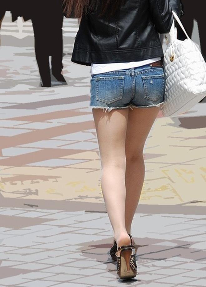 【ホットパンツエロ画像】剥き出しの太ももと股間の切れ込みがエロセクシーww 37