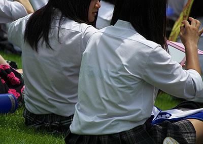 JK制服ブラウスから「透けてるブラ」の画像まとめ!絶滅に近いなか→かき集めた貴重な39枚。