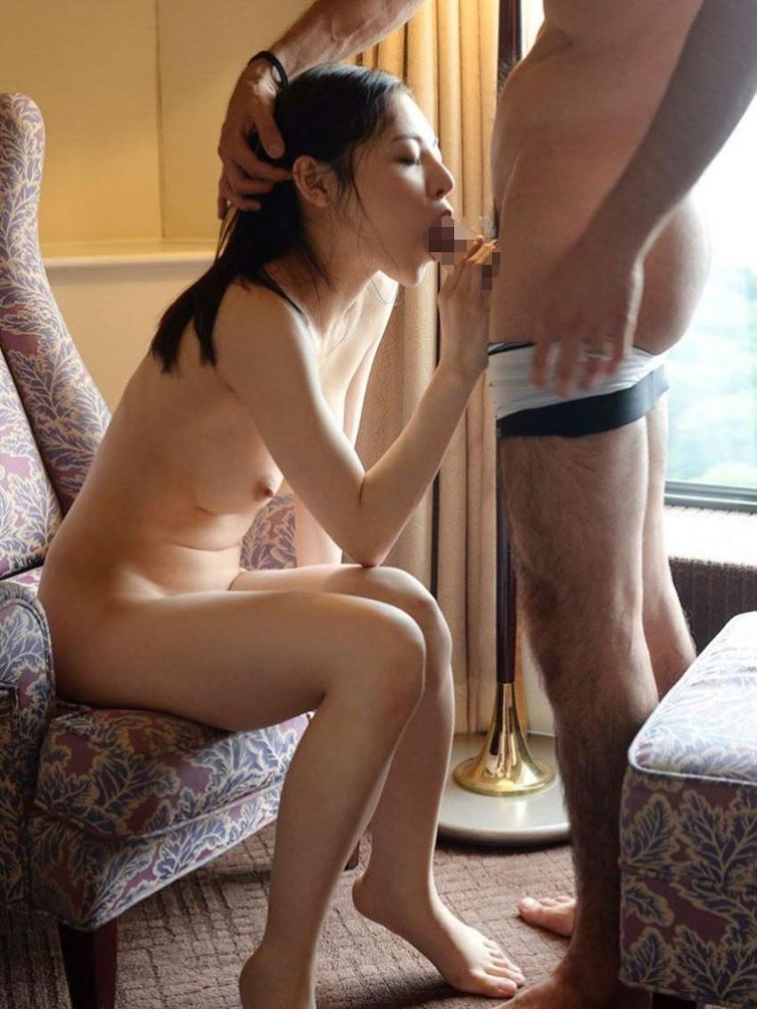 【全裸フェラチオエロ画像】生まれたままの姿でチンポを求める全裸フェラがエロくて草ww 43