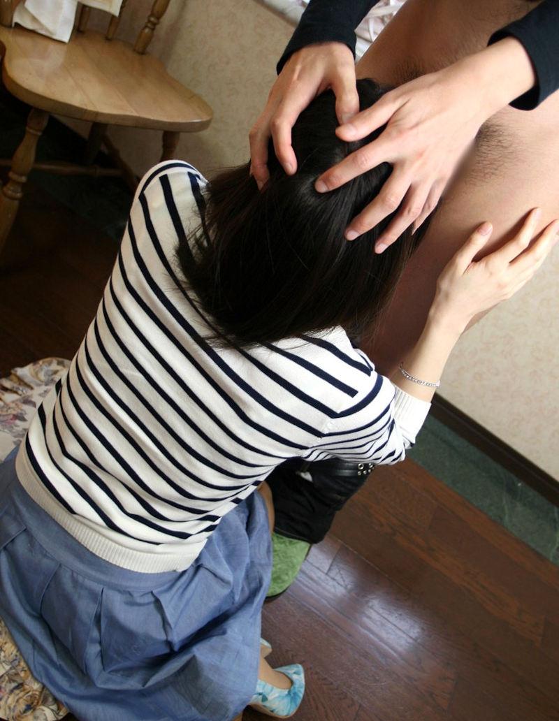 【着衣フェラチオエロ画像】着衣のままで男のチンポにしゃぶりつく着衣フェラ! 15