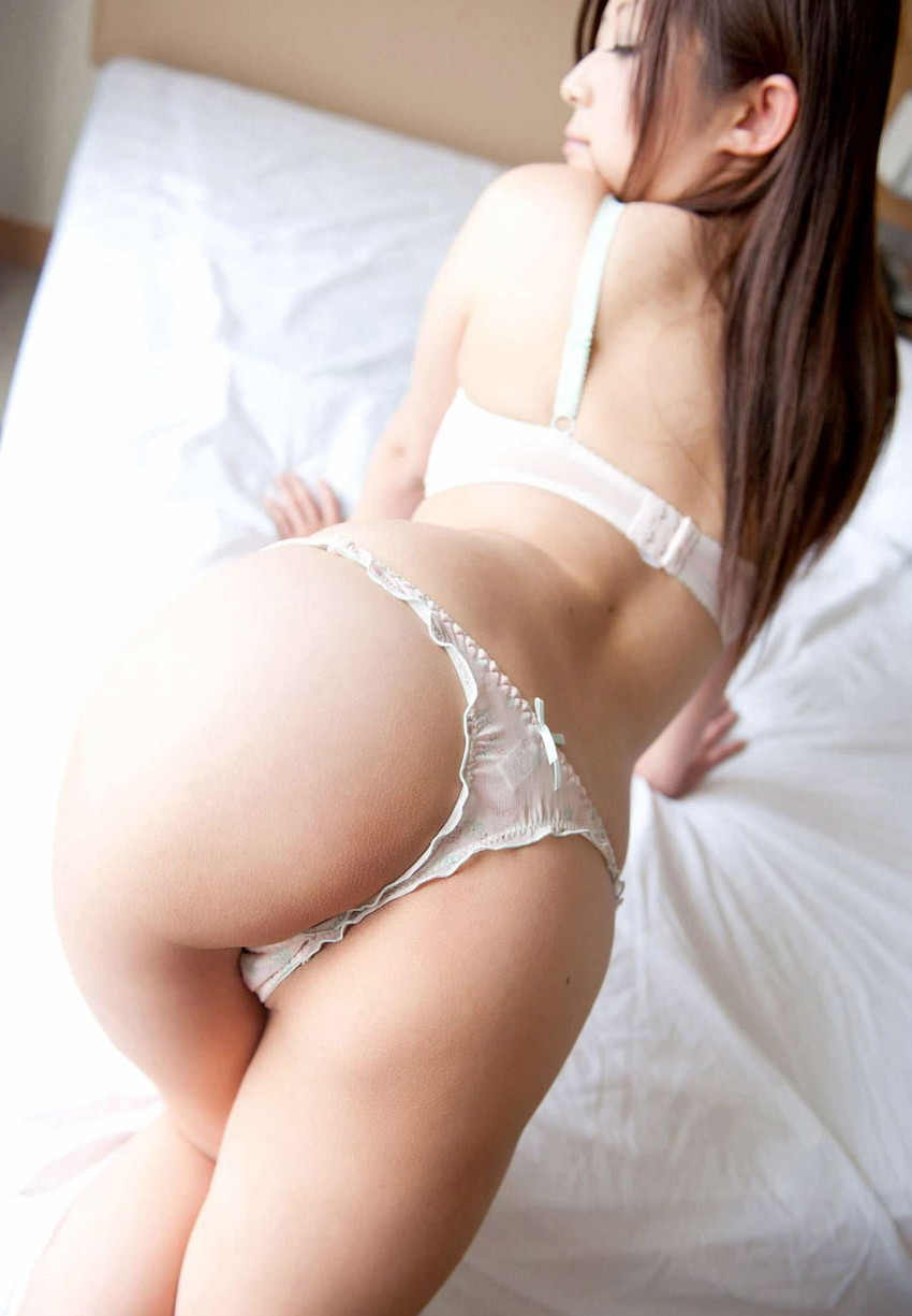 【Tバックエロ画像】美尻の女の子が履いてこそ威力を発揮する!?Tバックパンティー! 18