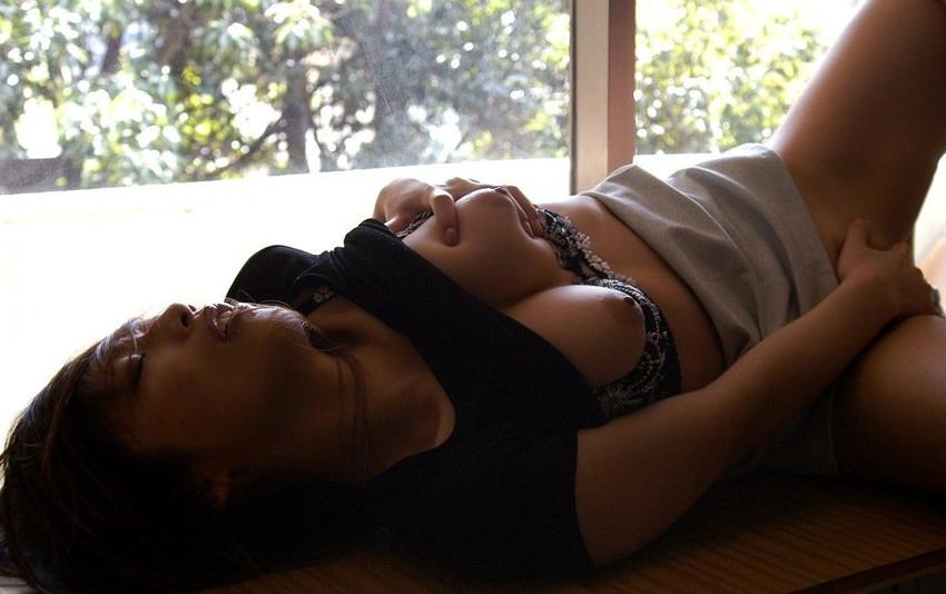 【指オナニーエロ画像】女の子の一番オーソドックスなオナニーがこれ!wwww 25