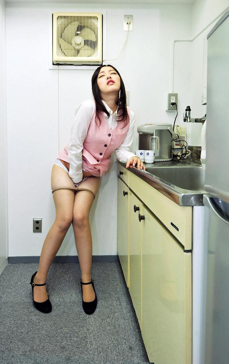 【指オナニーエロ画像】女の子の一番オーソドックスなオナニーがこれ!wwww 53