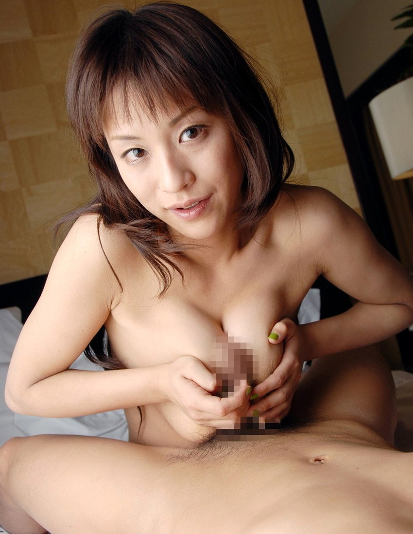 【パイズリエロ画像】おっぱいにチンポを挟んで射精を促すパイズリってエロッ! 34