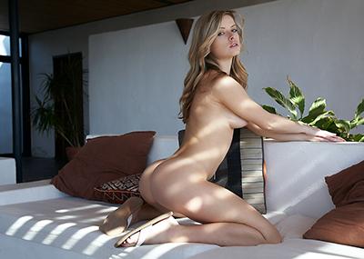 【海外ヌードエロ画像】透き通るほどの白い肌の海外女性ヌードがめっちゃシコッ!