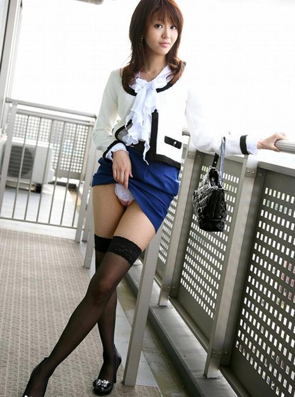 【セルフパンチラエロ画像】女の子が自主的にパンチラ見せてくれるっていうアレwww 05