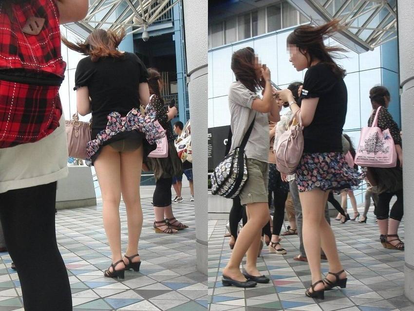 【街撮りパンチラエロ画像】街中でこんなパンチラしている女の子見つけたから撮ったどー! 02