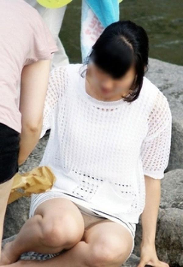 【街撮りパンチラエロ画像】街中でこんなパンチラしている女の子見つけたから撮ったどー! 04