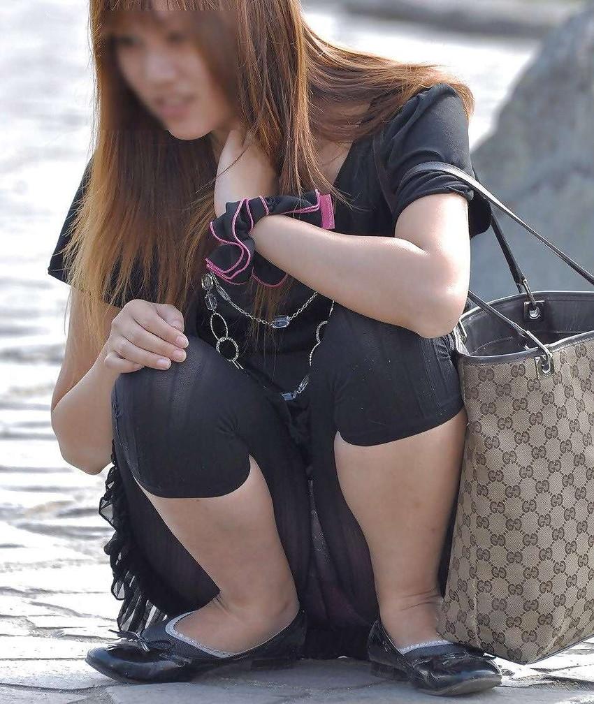 【街撮りパンチラエロ画像】街中でこんなパンチラしている女の子見つけたから撮ったどー! 05