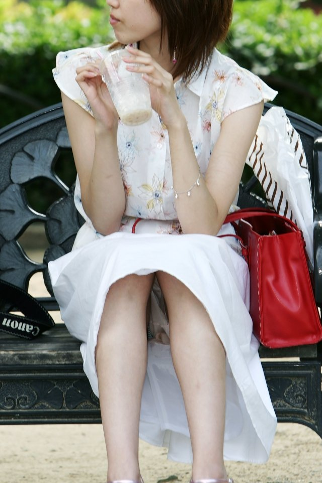 【街撮りパンチラエロ画像】街中でこんなパンチラしている女の子見つけたから撮ったどー! 07