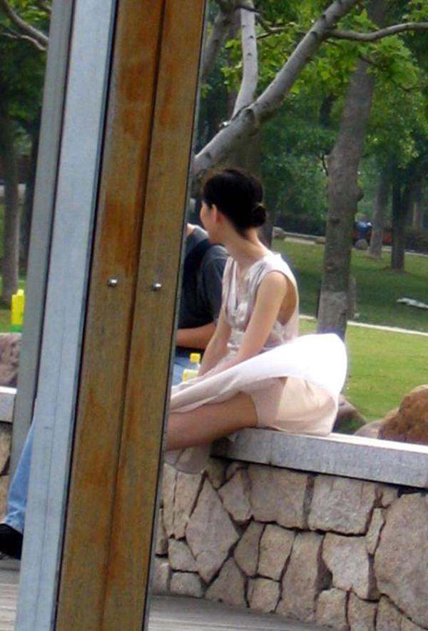 【街撮りパンチラエロ画像】街中でこんなパンチラしている女の子見つけたから撮ったどー! 08