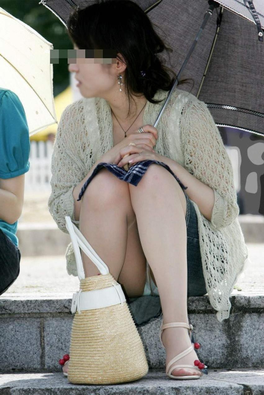 【街撮りパンチラエロ画像】街中でこんなパンチラしている女の子見つけたから撮ったどー! 10