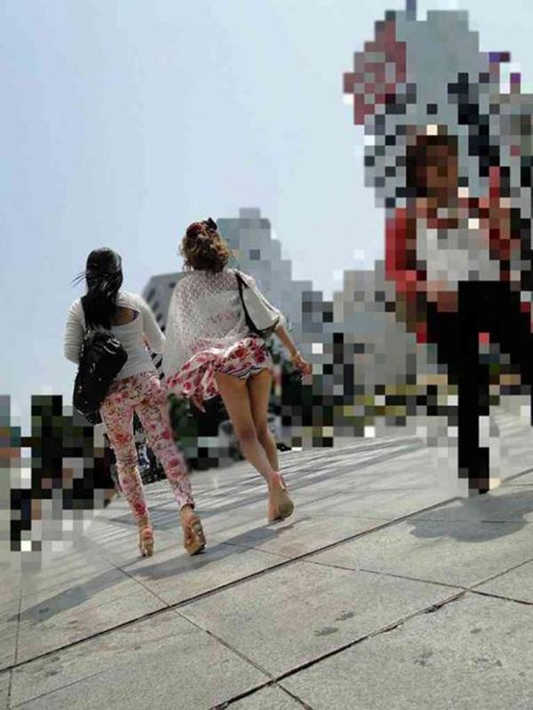 【街撮りパンチラエロ画像】街中でこんなパンチラしている女の子見つけたから撮ったどー! 14