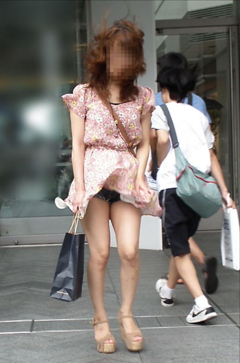 【街撮りパンチラエロ画像】街中でこんなパンチラしている女の子見つけたから撮ったどー! 18