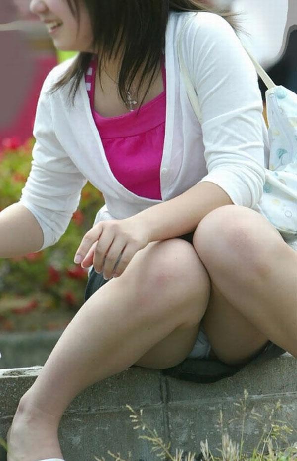 【街撮りパンチラエロ画像】街中でこんなパンチラしている女の子見つけたから撮ったどー! 19