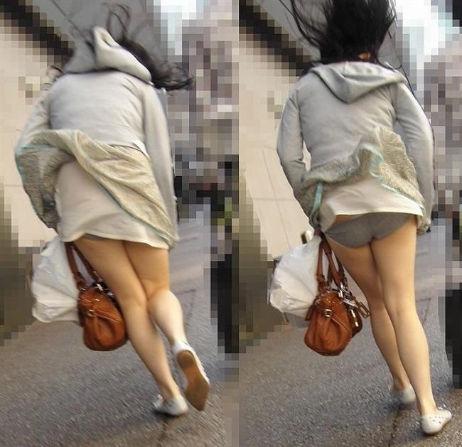 【街撮りパンチラエロ画像】街中でこんなパンチラしている女の子見つけたから撮ったどー! 22