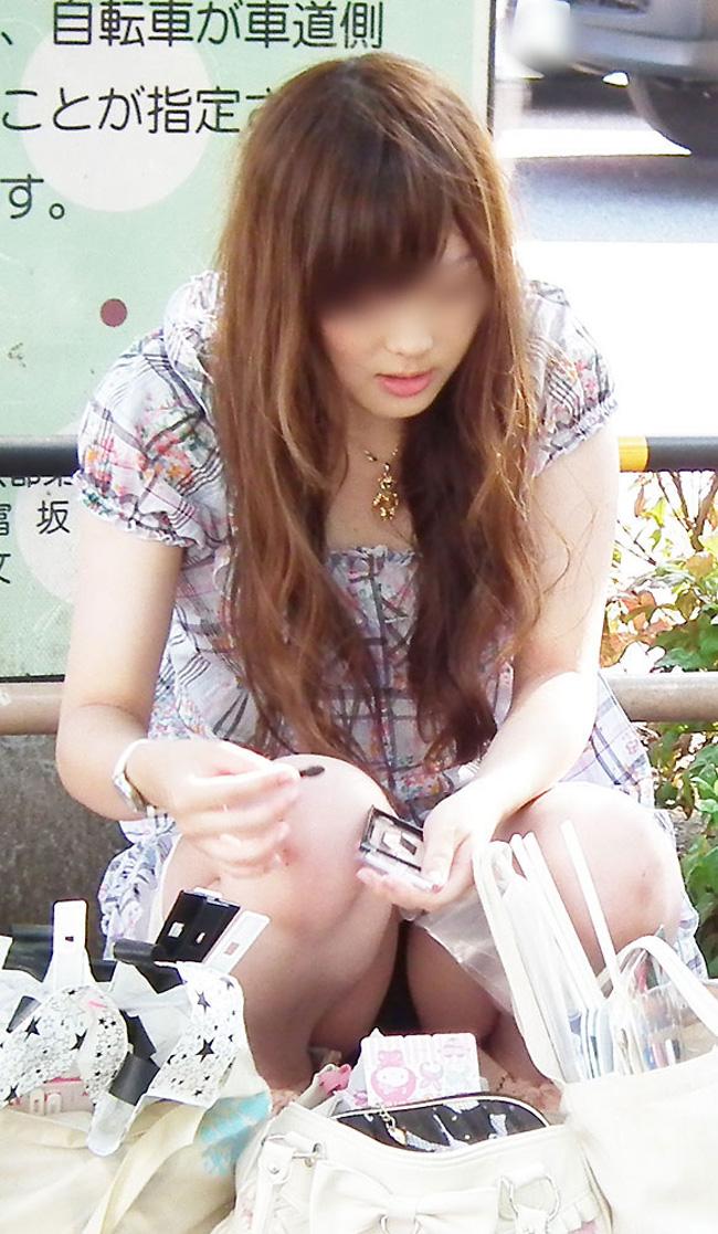 【街撮りパンチラエロ画像】街中でこんなパンチラしている女の子見つけたから撮ったどー! 26