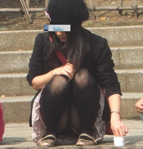 【街撮りパンチラエロ画像】街中でこんなパンチラしている女の子見つけたから撮ったどー! 28