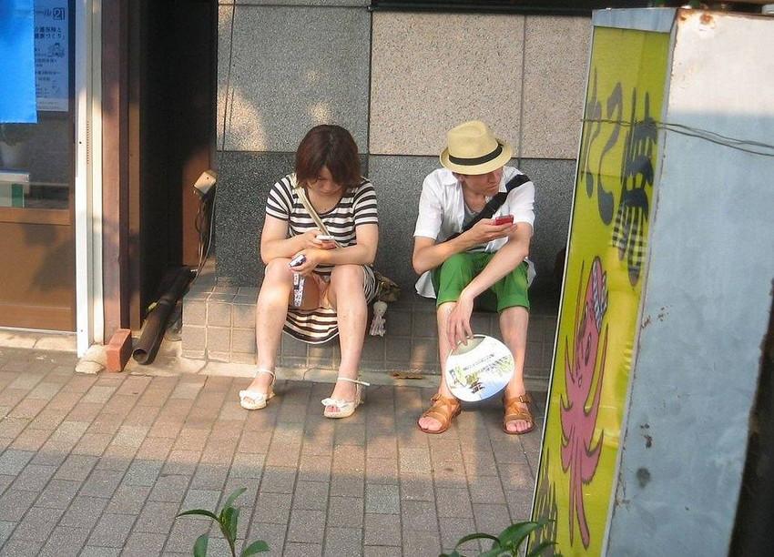 【街撮りパンチラエロ画像】街中でこんなパンチラしている女の子見つけたから撮ったどー! 29