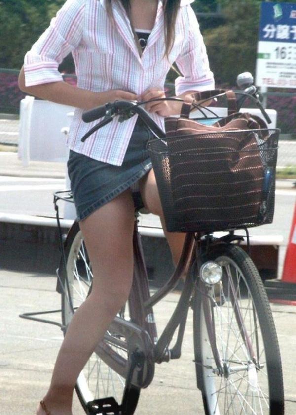 【街撮りパンチラエロ画像】街中でこんなパンチラしている女の子見つけたから撮ったどー! 33