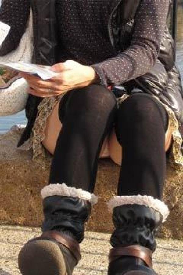 【街撮りパンチラエロ画像】街中でこんなパンチラしている女の子見つけたから撮ったどー! 34