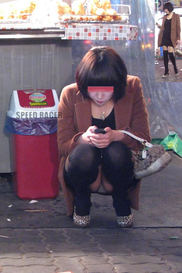 【街撮りパンチラエロ画像】街中でこんなパンチラしている女の子見つけたから撮ったどー! 39