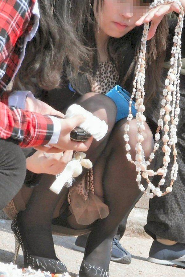 【街撮りパンチラエロ画像】街中でこんなパンチラしている女の子見つけたから撮ったどー! 40