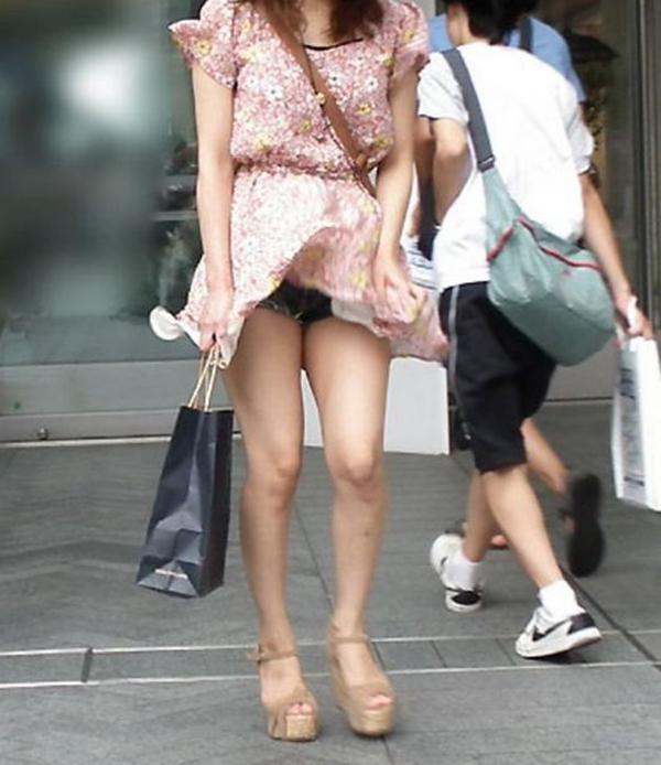 【街撮りパンチラエロ画像】街中でこんなパンチラしている女の子見つけたから撮ったどー! 44