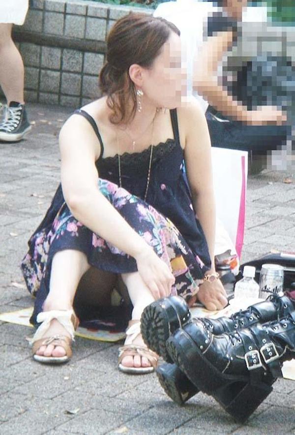 【街撮りパンチラエロ画像】街中でこんなパンチラしている女の子見つけたから撮ったどー! 45