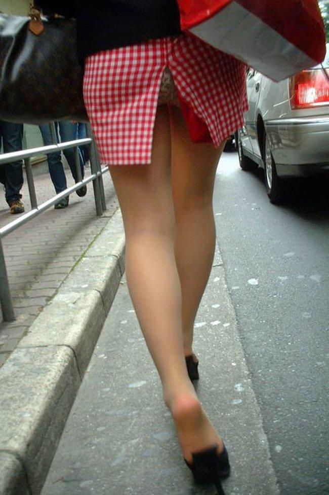 【街撮りパンチラエロ画像】街中でこんなパンチラしている女の子見つけたから撮ったどー! 46