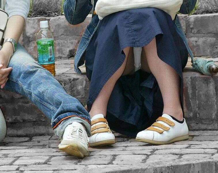 【街撮りパンチラエロ画像】街中でこんなパンチラしている女の子見つけたから撮ったどー! 52