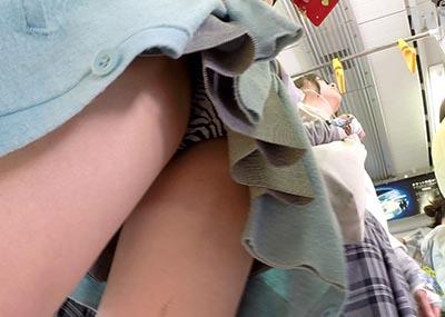 電車に乗り込む無防備そうなJKをロックオン!→隠しカメラでパンツを逆さ撮り成功してる映像。