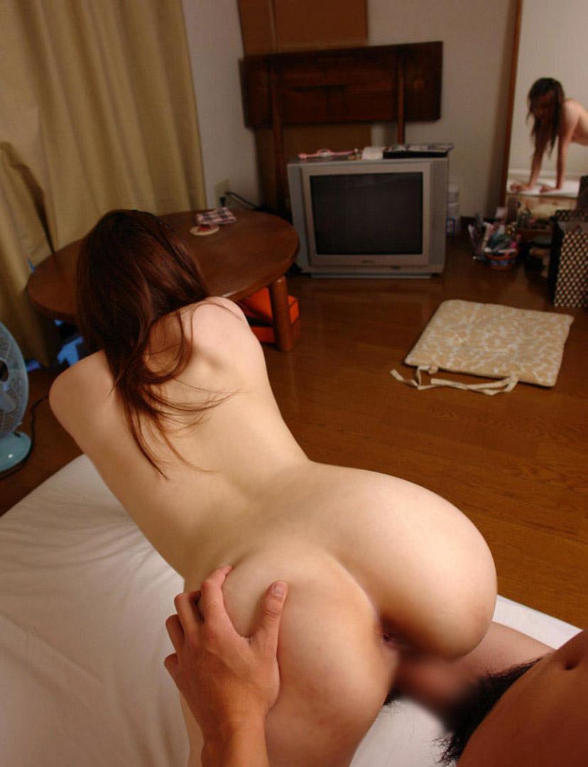 【バックエロ画像】女の子のお尻を視覚的に楽しみながらハメる体位! 05