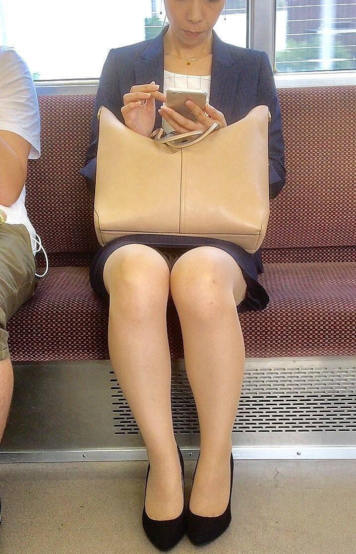 【電車内盗撮エロ画像】電車内でパンチラしている女子見つけたから撮ったったw
