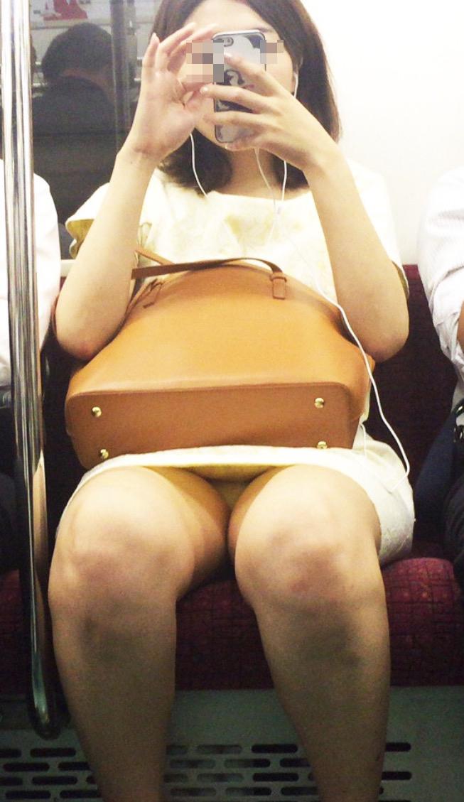 【電車内盗撮エロ画像】電車内でパンチラしている女子見つけたから撮ったったw 02