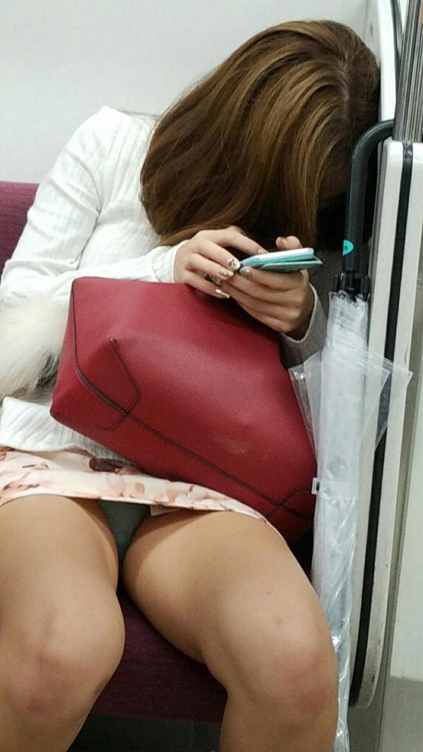 【電車内盗撮エロ画像】電車内でパンチラしている女子見つけたから撮ったったw 07